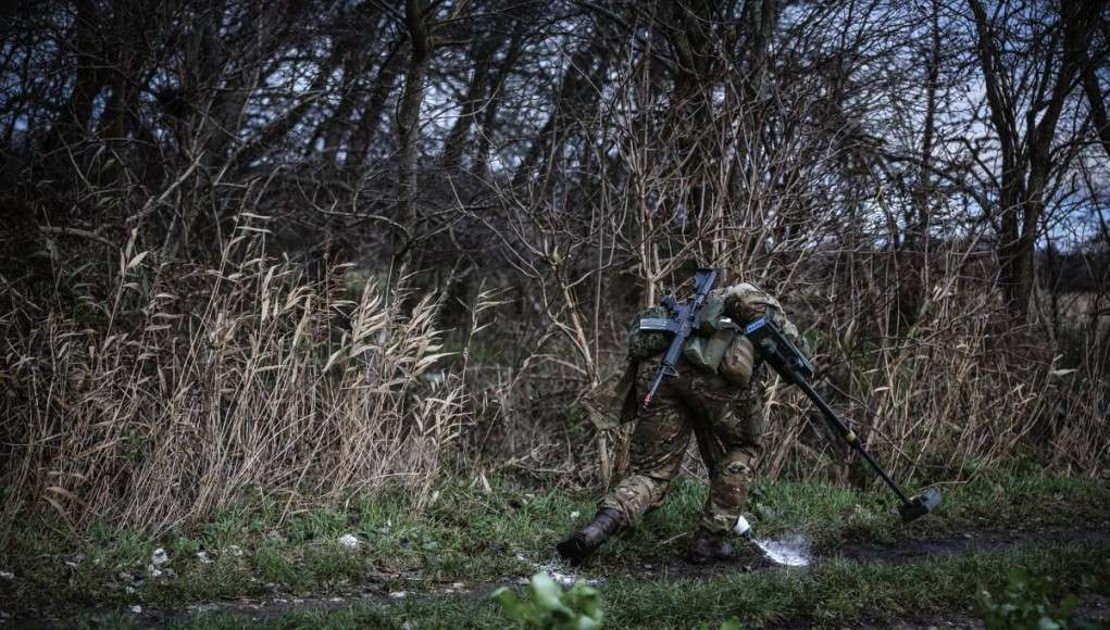 De erfarne folk fra Search gruppen - 5 EOD kompagni, 2. EOD bataljon, er gået i gang. De er grundige. Meget grundige. Intet skridt eller bevægelse er tilfældig.