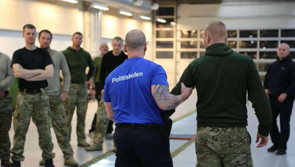 Politiet udddanner soldater i Forsvaret i forhold til migransituationen (flygtninge). Lektion i magtanvendelse og konflikhåndtering. Foto fra januar 2016. Foto: Lars Bøgh Vinther/ forsvarsgalleriet.dk