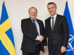 NATOs generalsekretær Jens Stoltenberg og sveriges forsvarsminister Peter Hultqvist (arkiv foto 2014)
