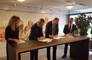 Direktør Hans J. Høyer, FES og Flemming Bendt, adm. dir. ISS Danmark sætter underskrift på den unikke partnerskabsaftale. Foto: FES